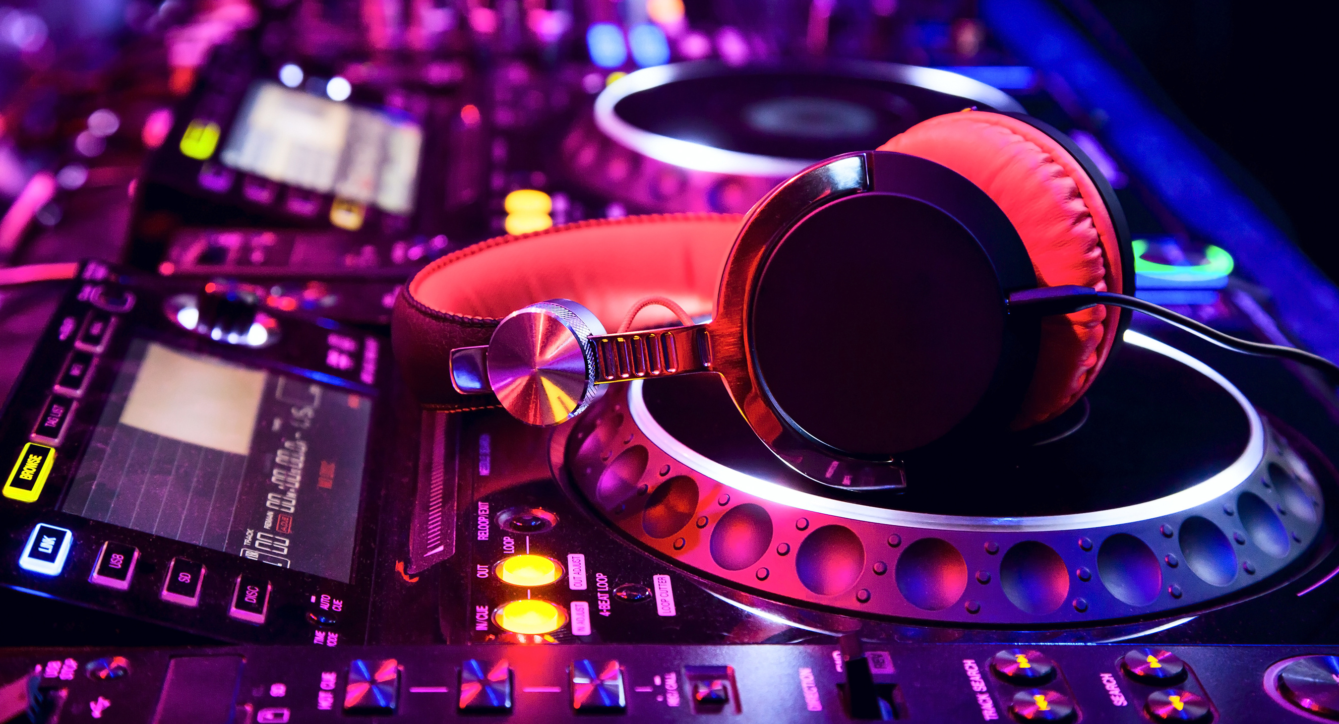 The Secret to Being an EDM DJ: Advice for Newbies
